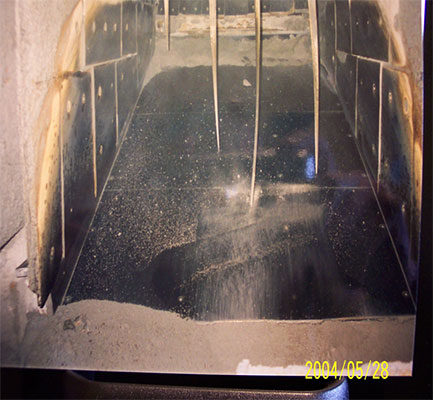 Floor liner in vibratory feeder with double service life