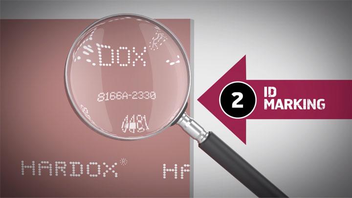 Увеличен изглед на проследимата идентификационна маркировка върху парче износоустойчив лист Hardox®.