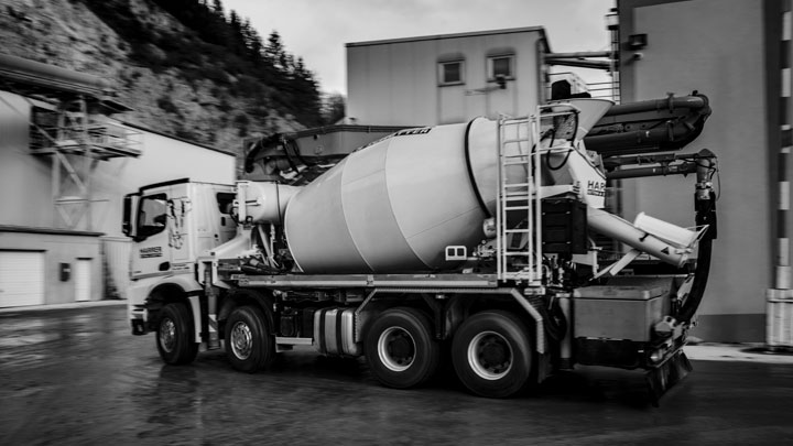 A lightweight concrete mixer truck made in Hardox® wear plate.