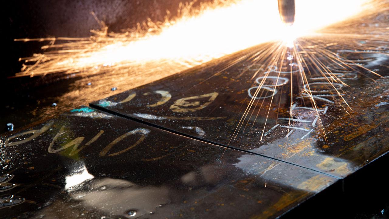 A solda, o aparafusamento e a soldagem de pinos são os métodos comuns para a instalação das peças sujeitas ao desgaste feitas com o Duroxite® ou das chapas de revestimento em seus equipamentos.