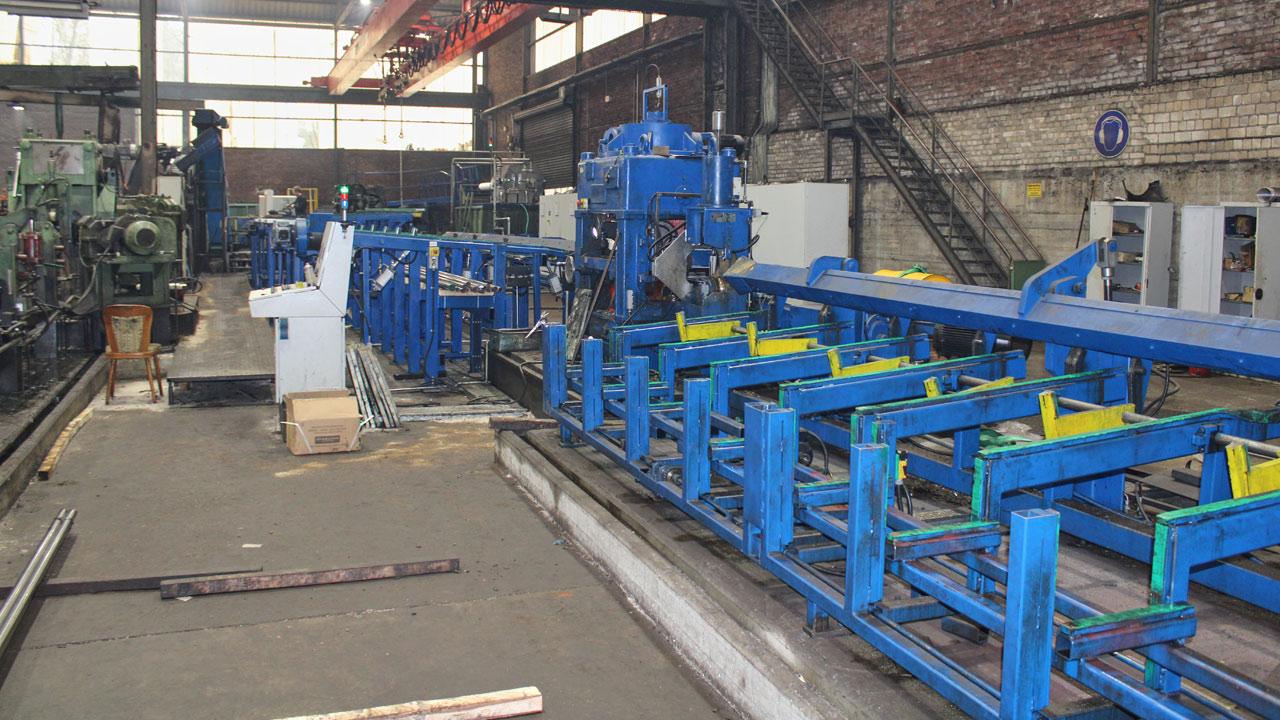 Des centres d'usinage efficaces chez WSB permettent de respecter des tolérances h9 pour les barres d'acier tournées, meulées et polies.