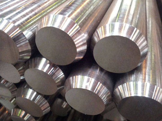 Shiny, bright steel bars in Hardox® steel that have precise shapes and tight dimensional tolerances