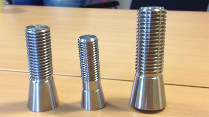 Z kruhových tyčí Hardox® lze snadno vyrábět šrouby, závitové svorníky a další komponenty.