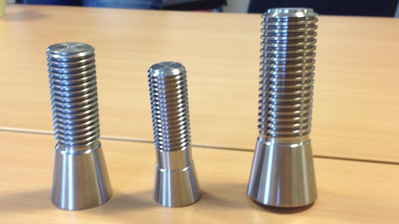 Hardox® stålrundstänger kan även användas som råmaterial vid tillverkning av bultar för entreprenadmaskiner. Hårdheten hos Hardox ger stålet ökad livslängd, medan draghållfastheten minskar risken för oväntade brott.