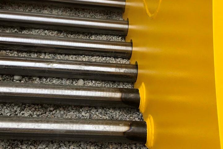 Tvärgående stänger tillverkade av 40 eller 60 mm tjocka Hardox® 400 rundstänger siktar och sorterar material effektivt och ökar produktiviteten eftersom mindre mängd material fastnar i skopan.