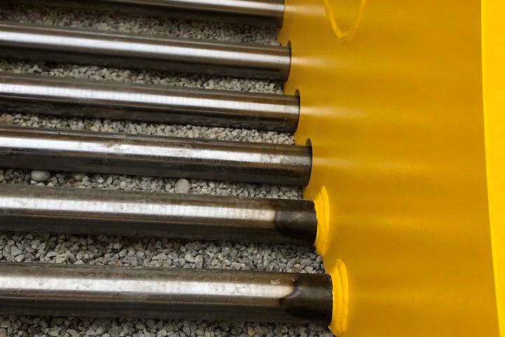 Transverse rods made from 40 or 60 mm (1.575 or 2.362 in.) Hardox® 400 round bars have high sieving and sorting performance and  increased efficiency due to reduced material clogging the bucket.