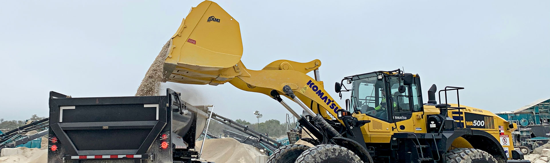 Canadian manufacturer uses Hardox® 500 Tuf to build a better heavy-duty bucket for quarries, recycling operations and municipalities.