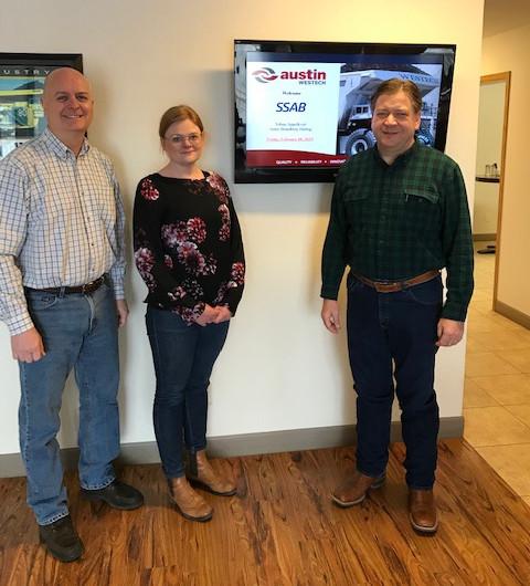 Mitarbeiter vom Stahlhersteller SSAB und Austin Engineering, der kundenspezifische Bergbauausrüstung für Kunden in der ganzen Welt aus Hardox 500 Tuf Verschleißblech herstellt.