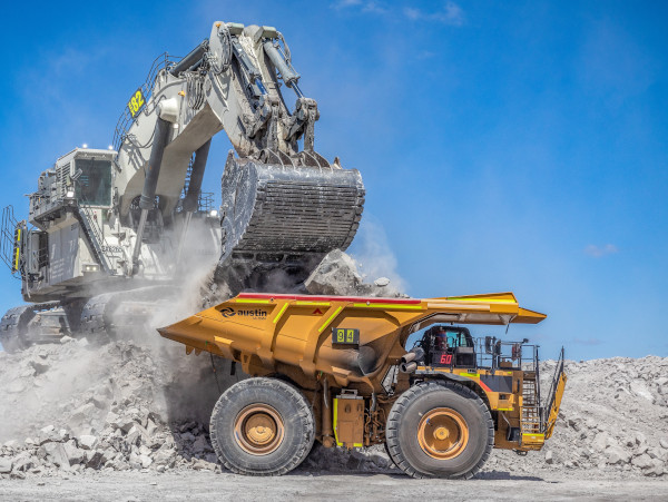 A mining excavator and haul truck made in Hardox® wear plate