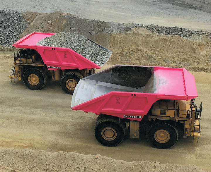 Hardox aşınma plakasından yapılmış iki pembe madencilik kaya kamyonu