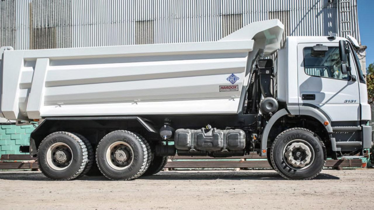 Hardox 500 Tuf 제품을 적용해 사이드 패널을 원추형으로 제작한 백색 덤프 트럭 적재함