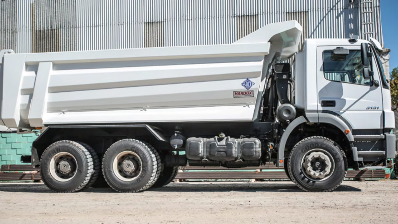 Hardox 500 Tuf'tan yapılmış konik yan panel tasarımlı bir beyaz damperli kamyon
