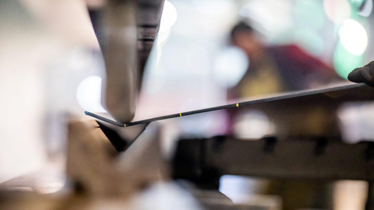 Ett stycke Hardox 500 Tuf stål i en tunn dimension i verkstaden.