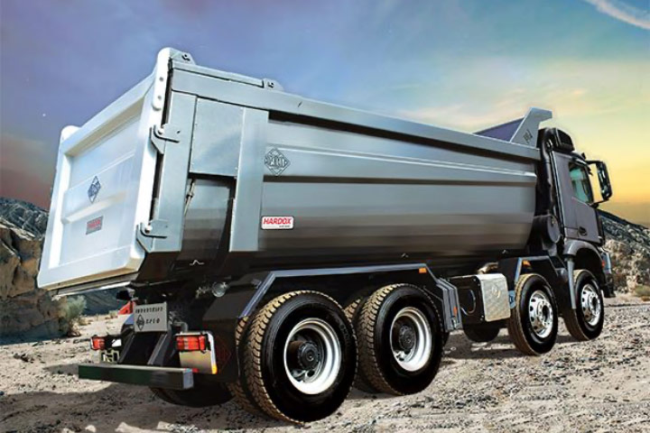 Hardox 500 Tuf 제품을 적용하여 사이드 판넬을 원추형으로 설계해 점토나 모래의 하역이 용이하게 제작된 덤프 트럭 적재함.