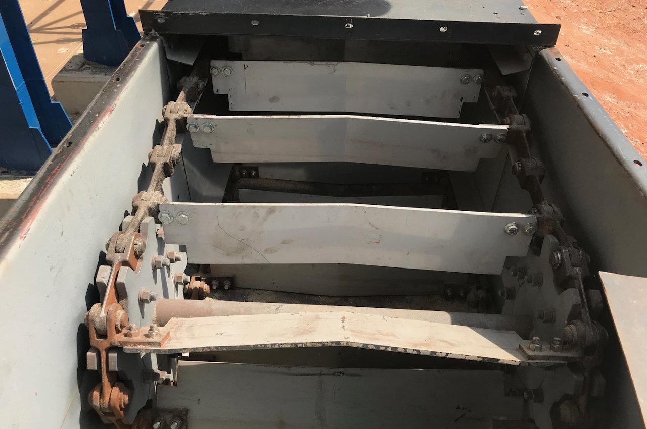 Transportador de corrente tipo redler com fundo revestido em Hardox® 500 e as chapas laterais em