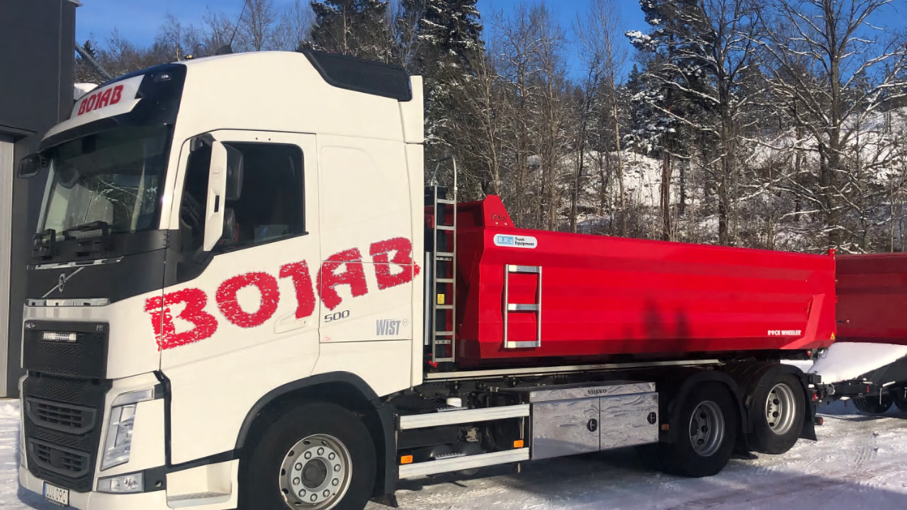 A Bojab dump truck and trailer from B.K:s in the snow. Made in Hardox® 500 Tuf steel for the toughest conditions.