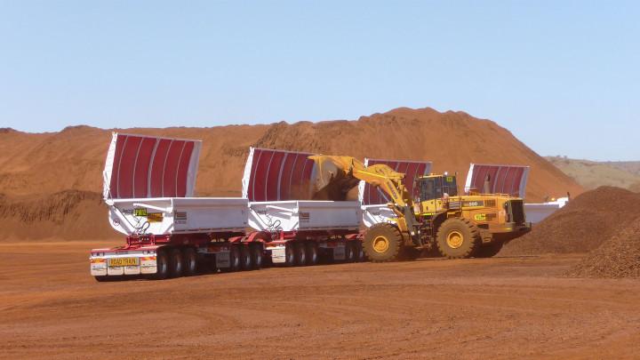 Lader zum Befüllen von Lastzugcontainern