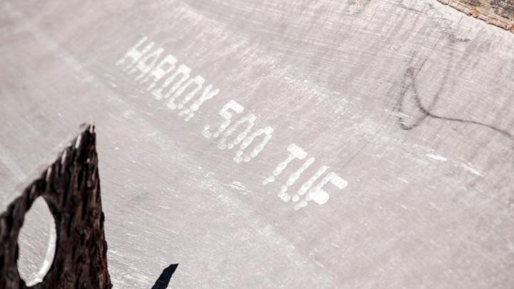 강판에 새겨진 hardox 500 tuf