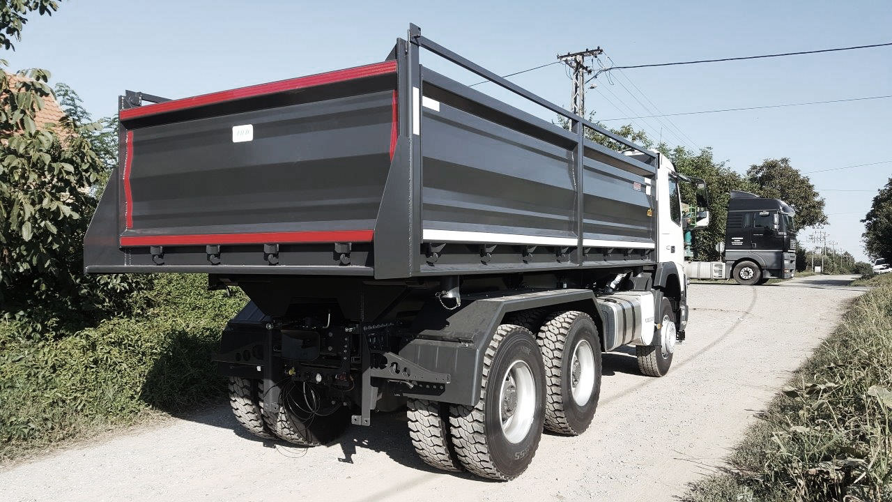 Paredes perfiladas de um caminhão basculante.