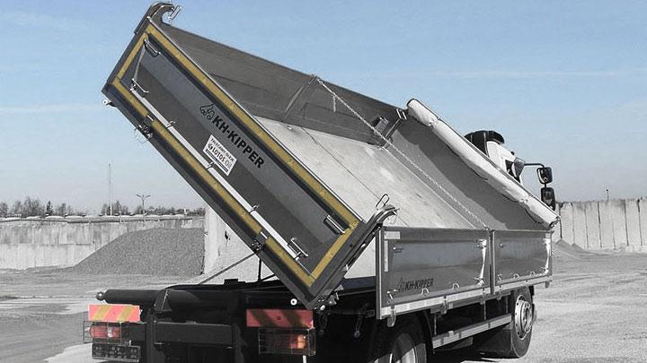 Sklápěčová nástavba s boční vykládkou vyrobená z oceli Hardox® 450.