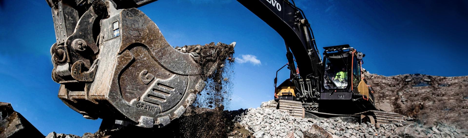En kraftig skopa för grävmaskiner byggd i Hardox® 500 Tuf -stål.