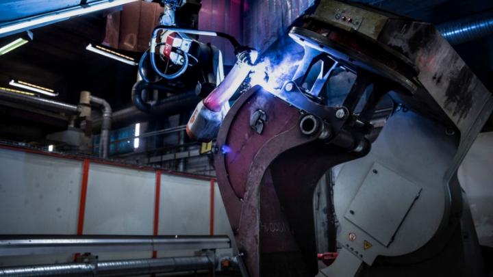 Svetsning av Hardox® slitstål på en skopa vid Götene Ufos tillverkningsanläggning.