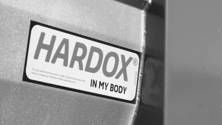 En svart och vit Hardox® In My Body -logotyp fäst på certifierad utrustning.