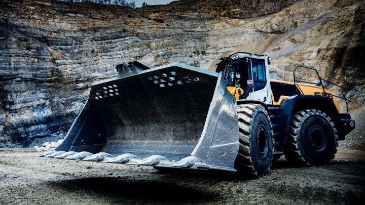 En hjullastarskopa tillverkad i Hardox® 500 Tuf som arbetar under tuffa förhållanden nere i ett stenbrott.