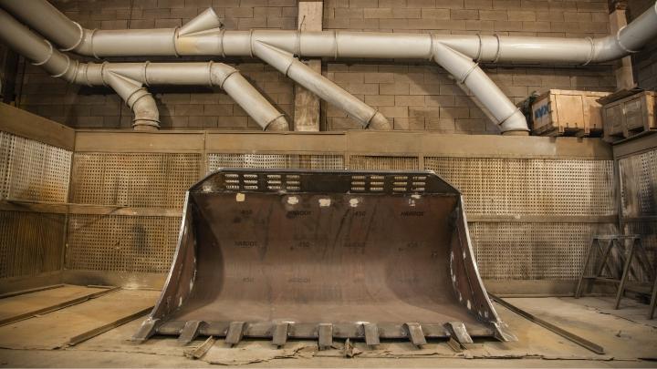 A huge excavator bucket made in strong and hard Hardox® 450 steel