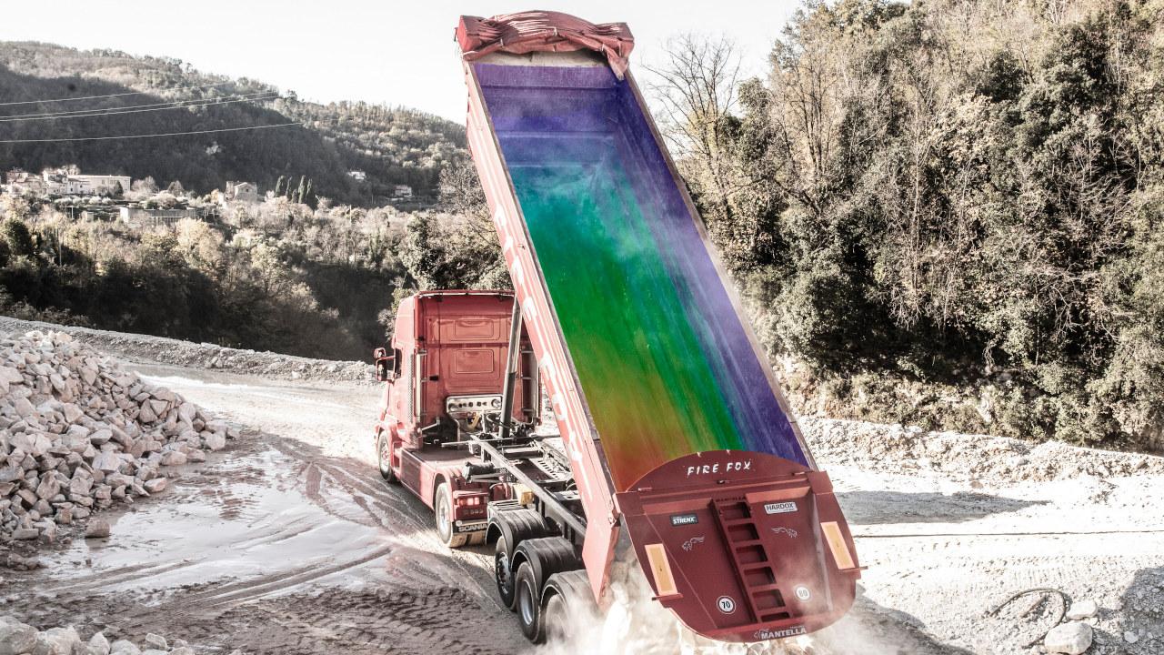여러 가지색깔의 덤프 트럭 적재함이 적재함 내부에서의 미끄럼 마모에 대한 각기 다른 응력 수준을보여 주고 있습니다