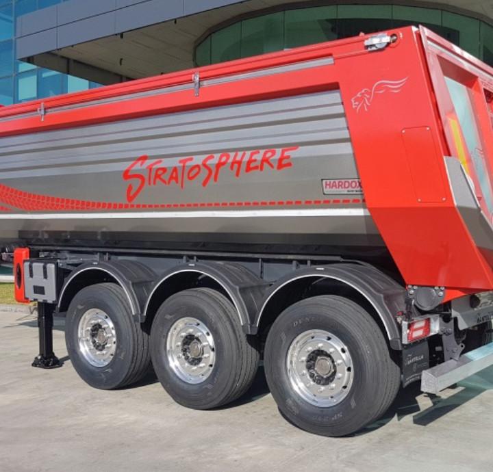 Lähikuva punaisesta Stratosphere-kippiperävaunusta, jossa näkyy Hardox In My Body -logo
