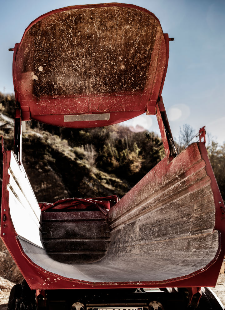 Uma análise de uma caçamba basculante vermelha. Possui alta durabilidade e resistência à fadiga, por ser feita em chapa de aço Hardox 500 Tuf