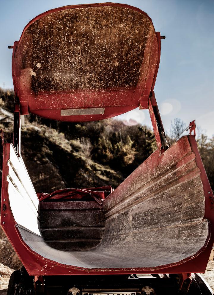 Insidan av ett rött tippflak. Det har hög slitstyrka och utmattningshållfasthet tack vare stålplåt av Hardox 500 Tuf