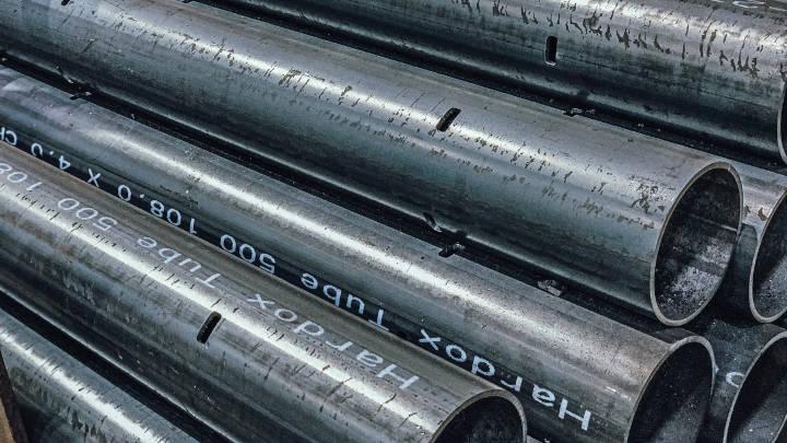 Hromada na délku přiříznutých trubek z oceli Hardox 500