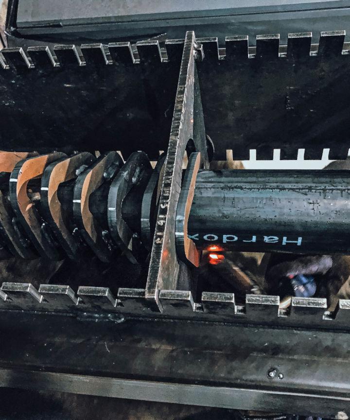 Lames d'un godet cribleur en acier anti-abrasion Hardox 500, en train d'être soudées à un tube Hardox 500
