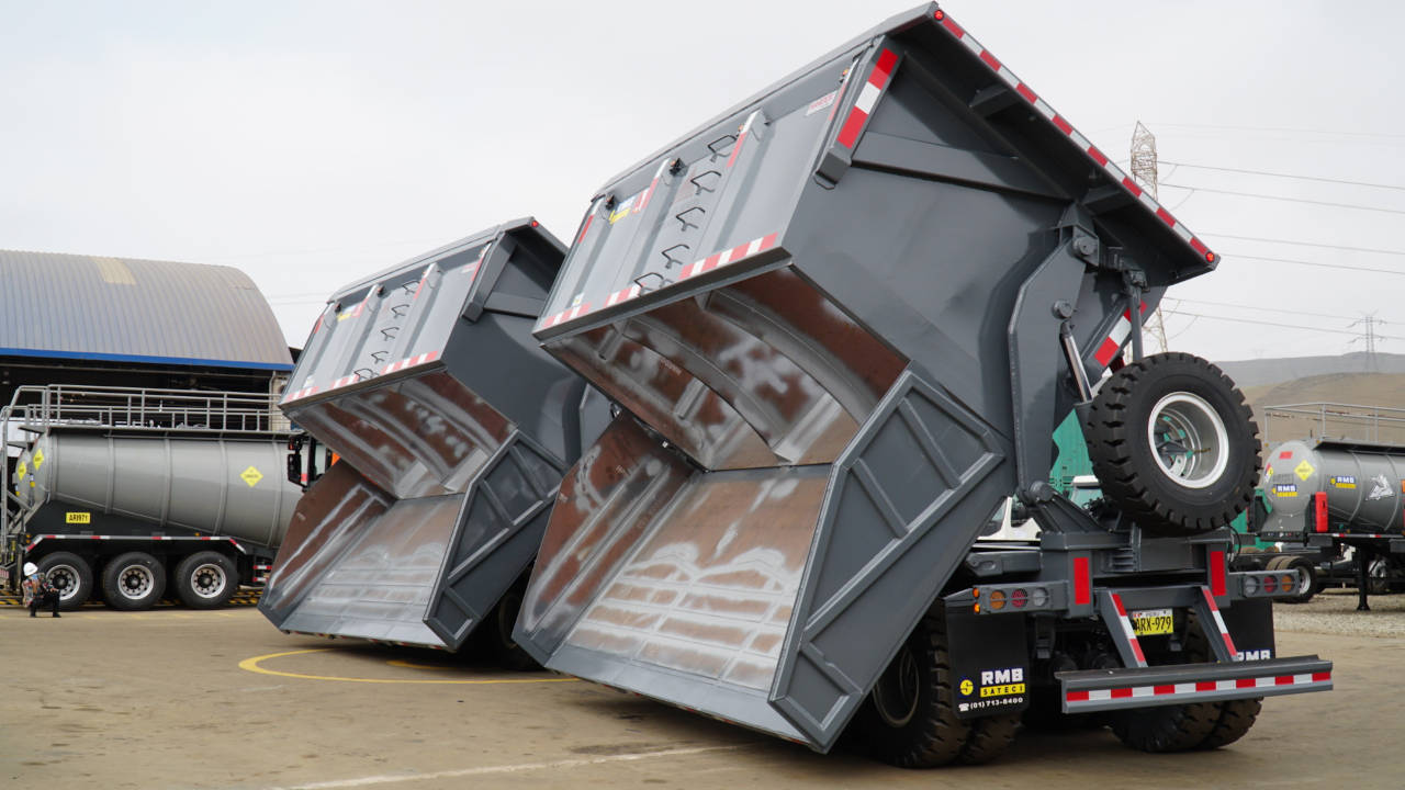 Close-up of two gray dump truck bodies made in Hardox® steel, with their bottoms open.