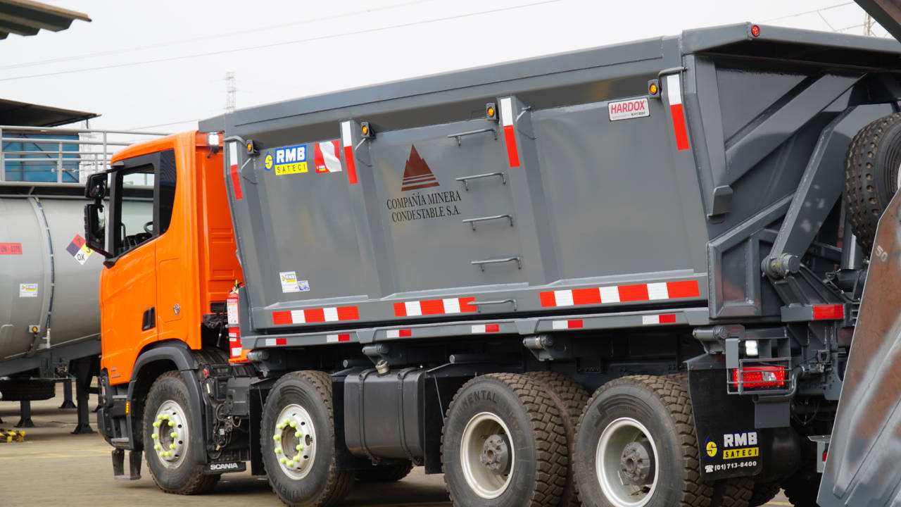 Dump truck and body with the Hardox® In My Body quality sign.