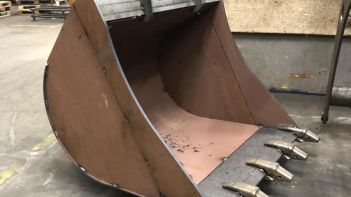 A high-strength, low weight custom excavator bucket made in Hardox® 500 Tuf