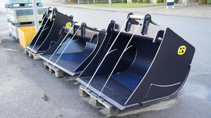 A line of custom excavator buckets made in Hardox® 500 Tuf, ready for delivery