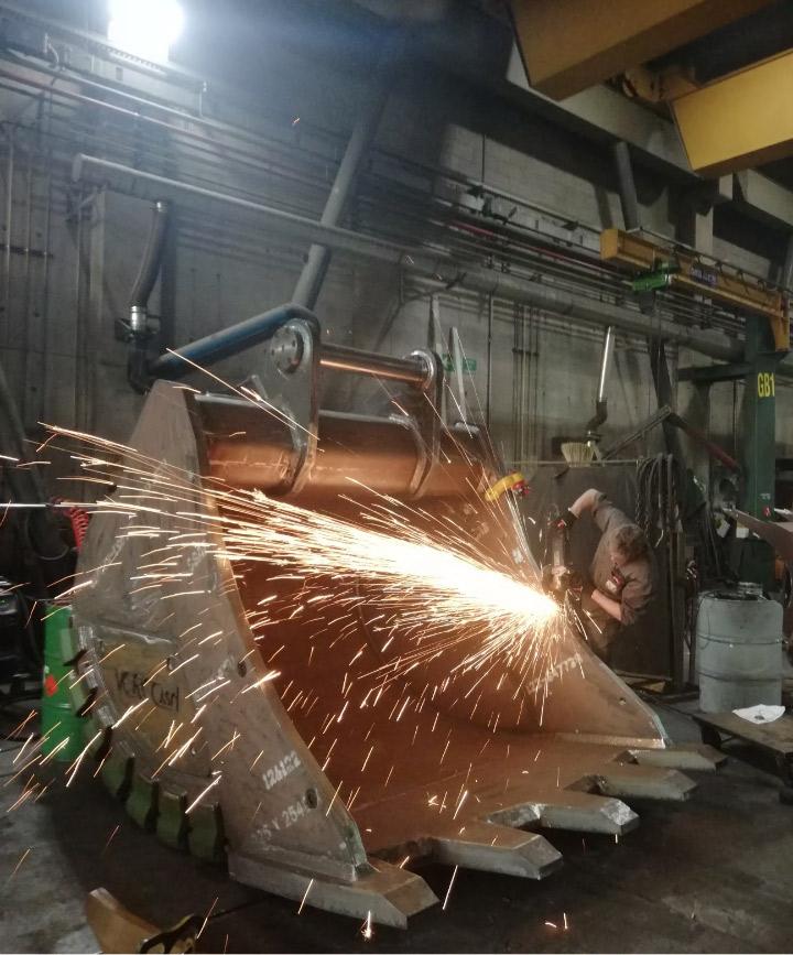 Verco'nun tesisinde bir Hardox® In My Body beko arka kepçe üretimi