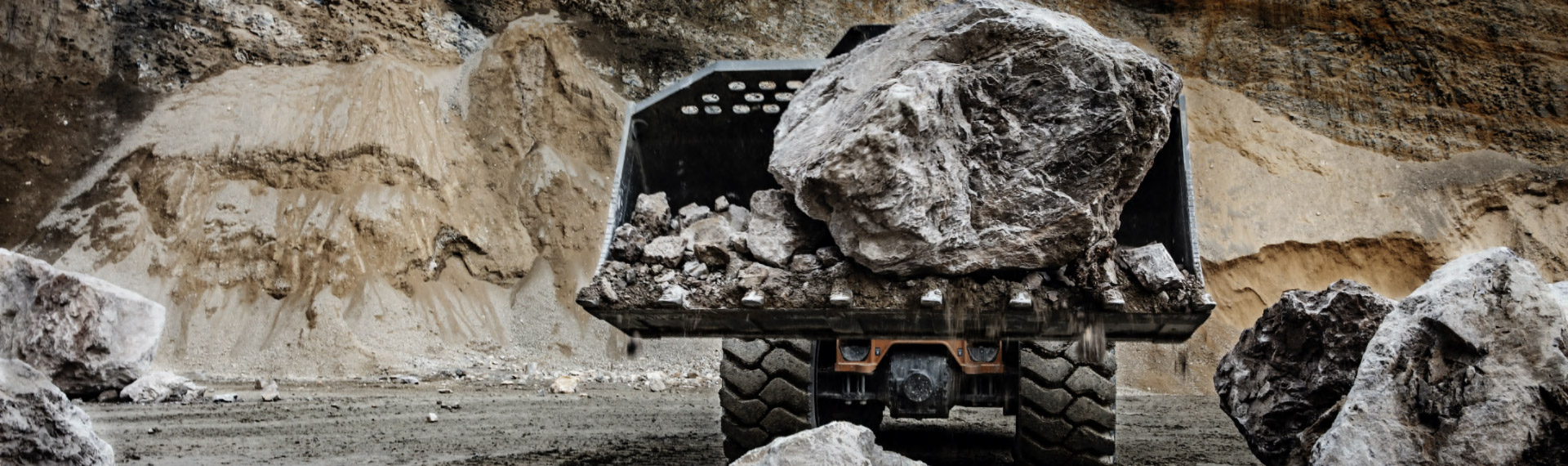 A wheel loader made in Hardox® steel in a quarry carrying a gigantic rock