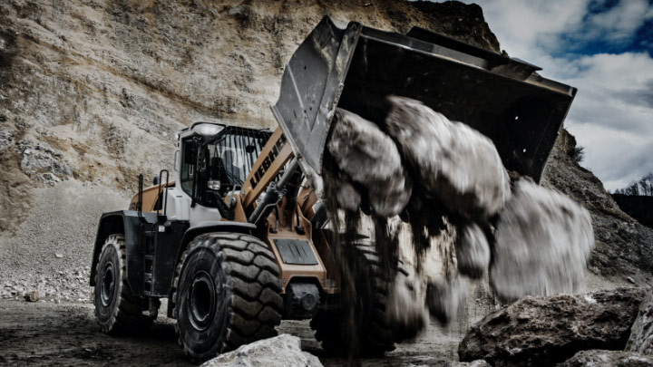 A wheel loader made in Hardox® wear plate in a quarry dumping out rocks