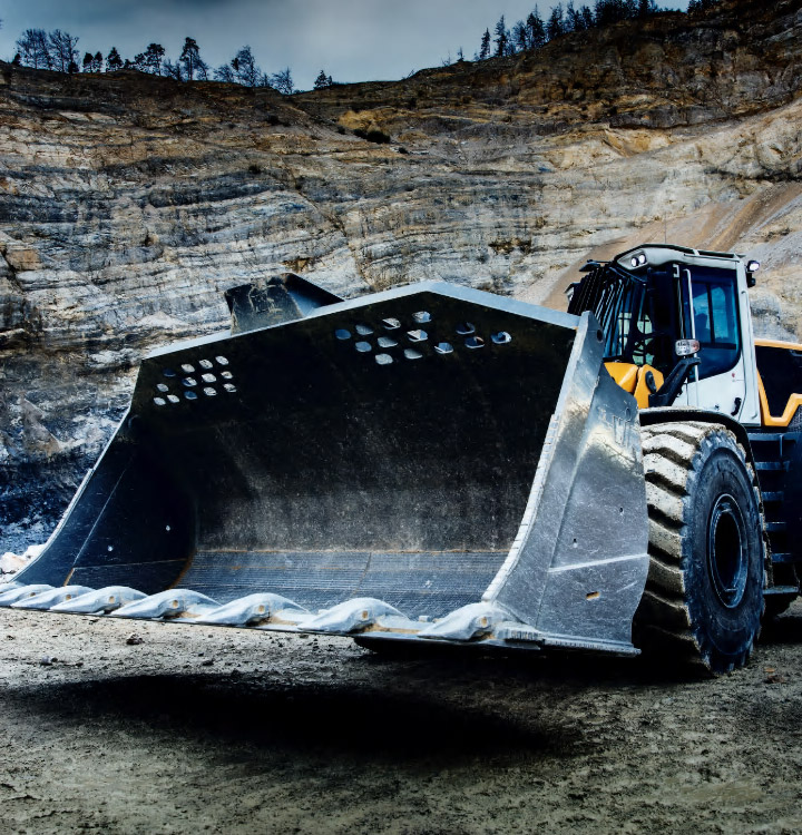 A gigantic digging bucket made in Hardox® 500 Tuf down in a quarry.