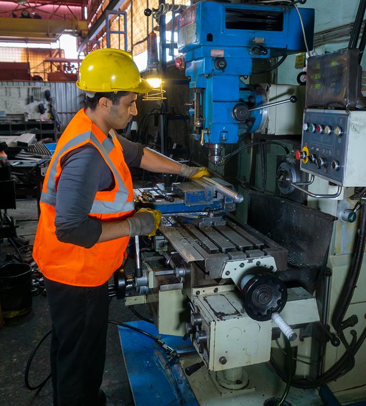 Des barres rondes en acier Hardox® en cours d'usinage à l'aide de machines ordinaires