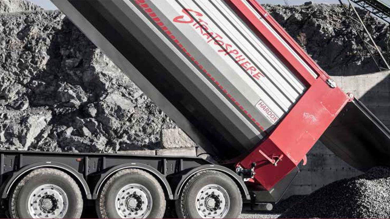 Billenő-felépítményes teherautó Hardox® 500 Tuf acélból készült, kúpos kialakítású oldalpanellel