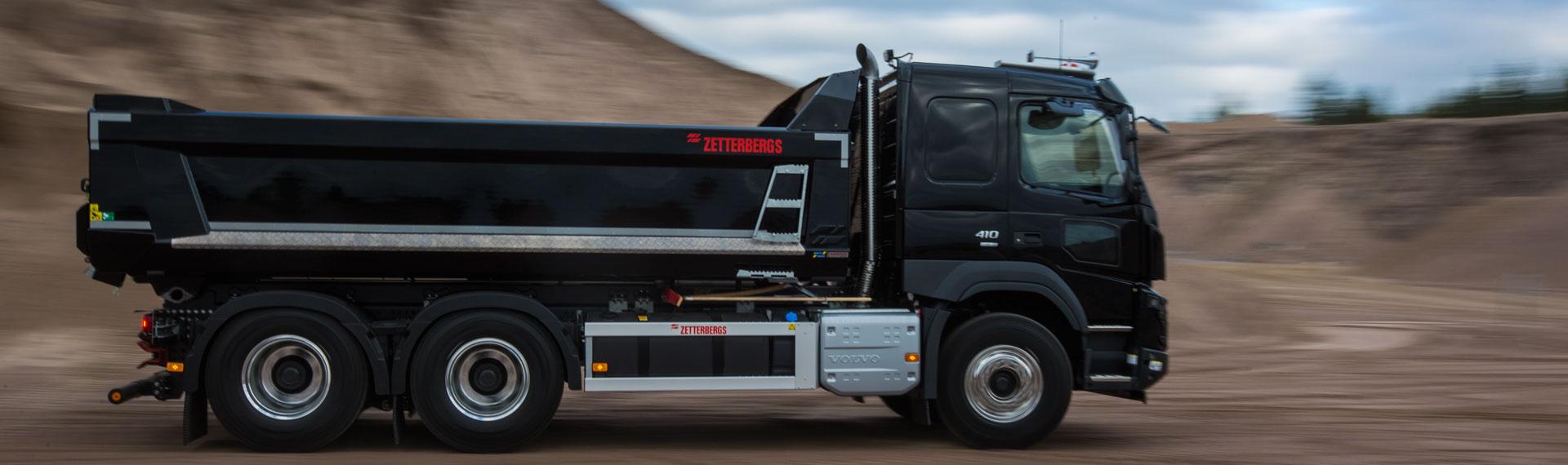 Billenő-felépítményes teherautó Hardox 500 Tuf acélból készült, kúpos kialakítású oldalpanellel