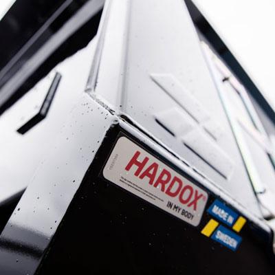 Hardox® 500 Tuf -kulutuslevystä valmistettu kippiauto kartiomaisin sivupaneelein