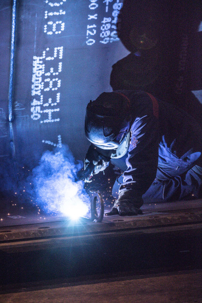 A machinist working Hardox® wear steel with ease
