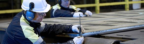 Engenheiro de SSAB realizando a pré-fabricação de chapa de aço