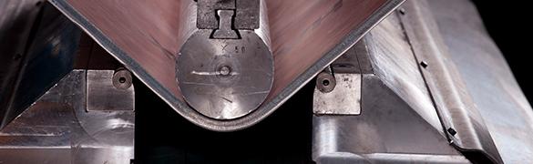 Placa de aço de alta resistência sendo dobrada